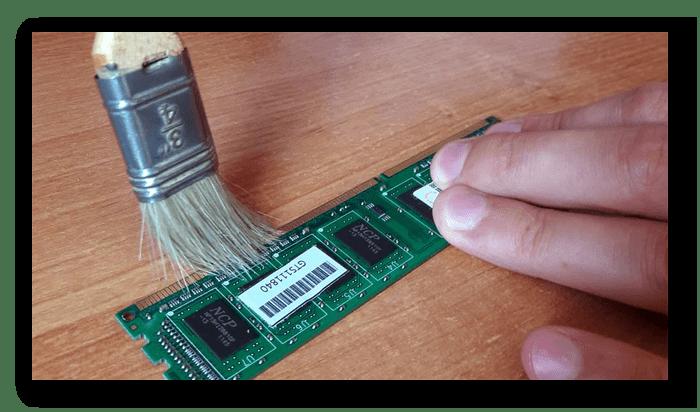 Очистить контакты оперативной памяти от следов ластика