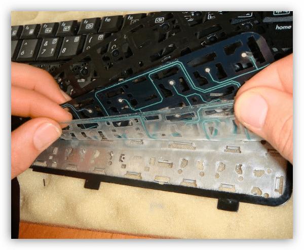 Демонтаж клавиатуры ноутбука для чистки