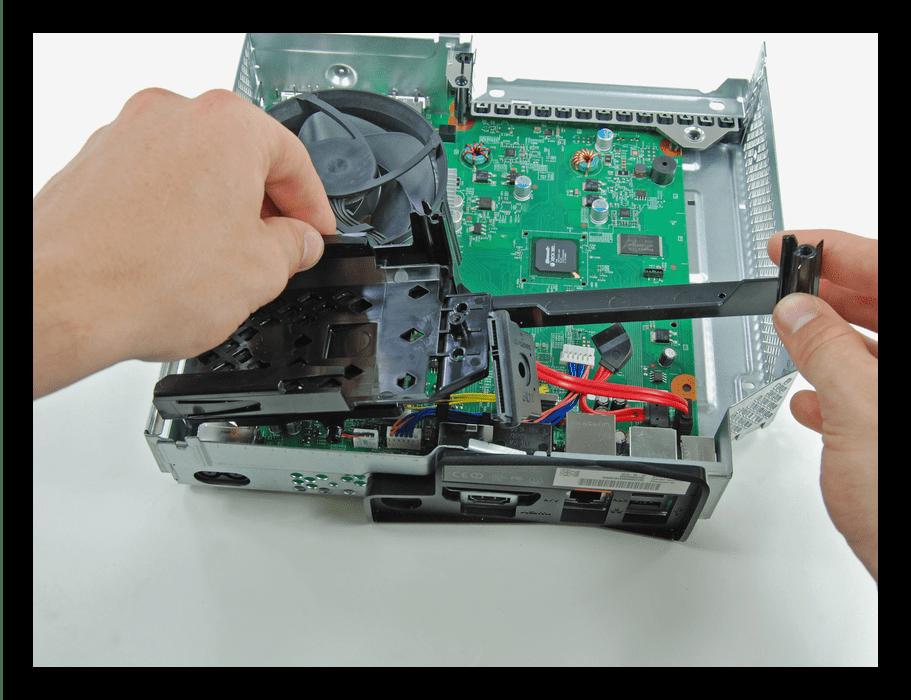 Извлечение крепления HDD Xbox 360 Slim во время разборки