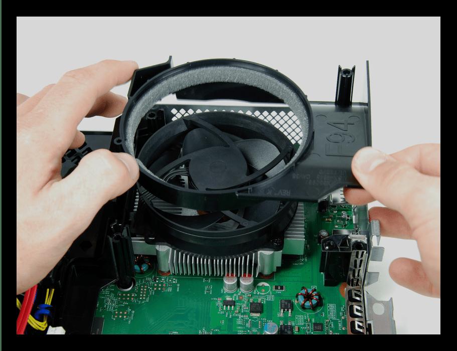 Снятие направляющей воздуховода Xbox 360 во время разборки