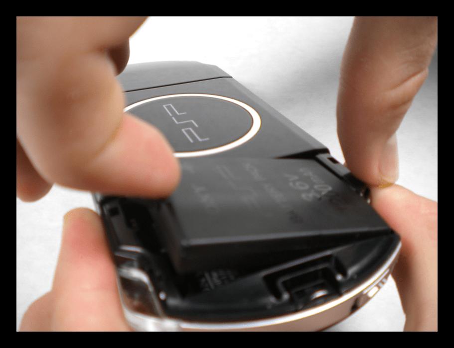 Вытащить аккумулятор для зарядки отдельно от PSP