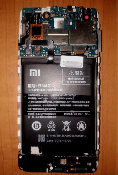 Xiaomi Redmi 4 со снятой задней крышкой и защитой мат. платы