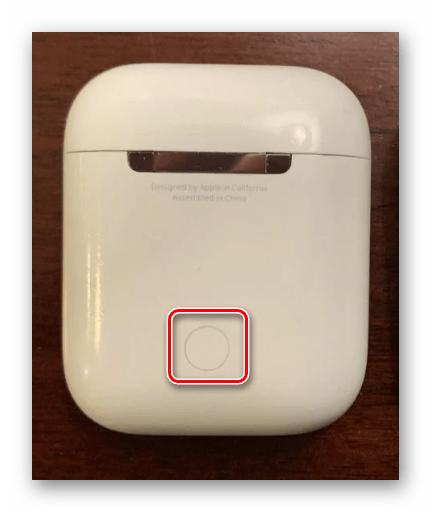 Зажатие кнопки на корпусе AirPods для активации устройства