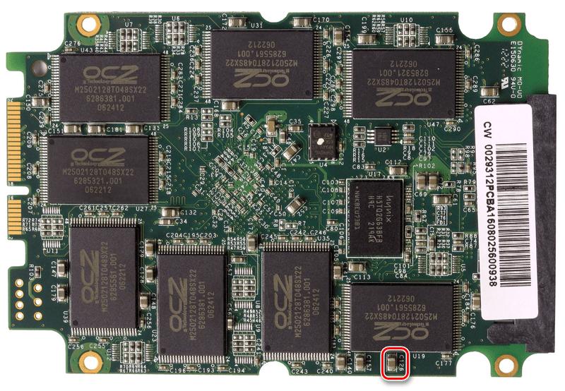Тыльная сторона платы и проблемный конденсатор накопителя SSD OCZ Vertex 4