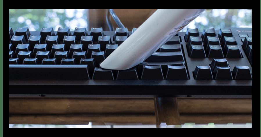 Использование пылесоса для чистки поверхности механической клавиатуры