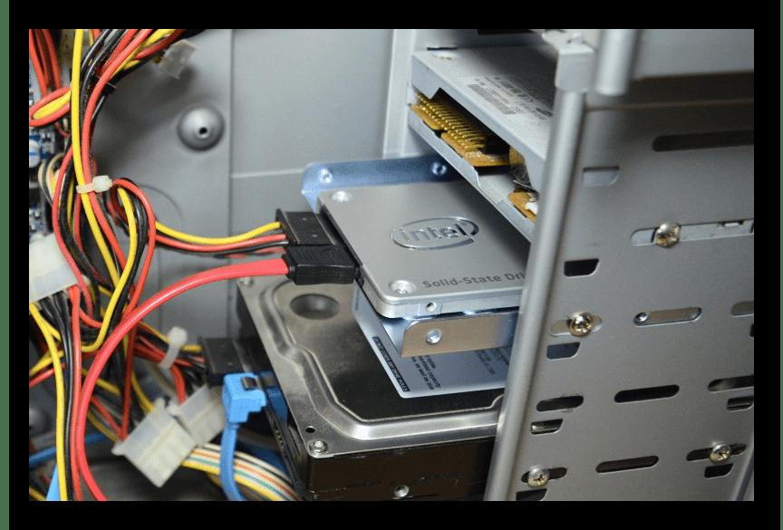 Установленный в системный блок SSD-накопитель