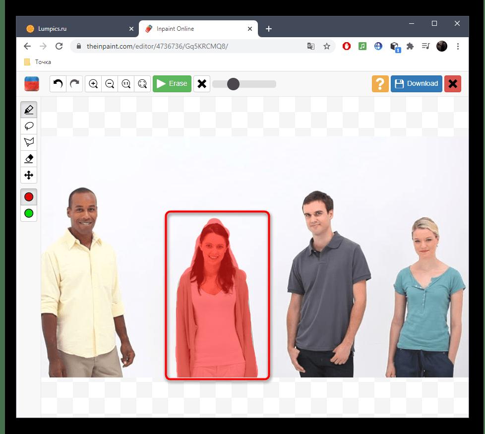 Выделение области для удаления человека с фото при помощи онлайн-сервиса Inpaint