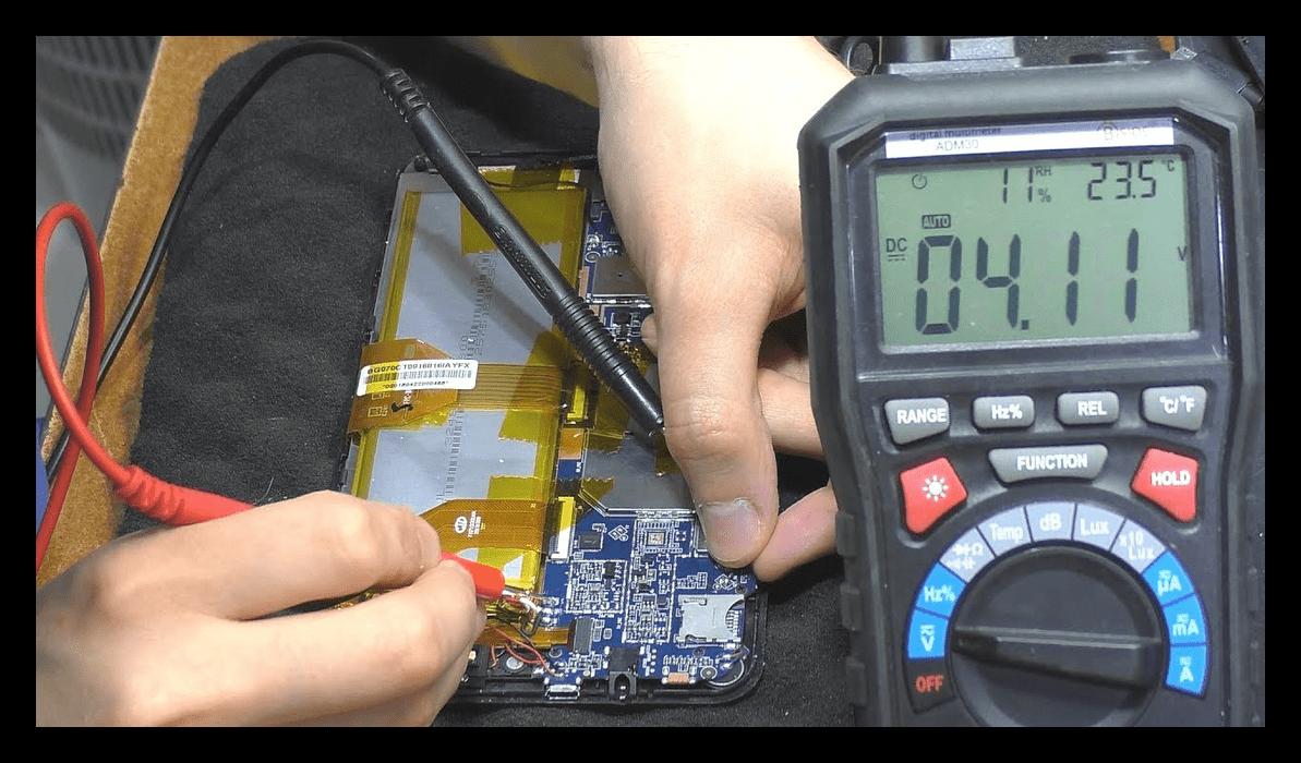 Диагностика батареи смартфона мультиметром для проверки состояния батареи на Android