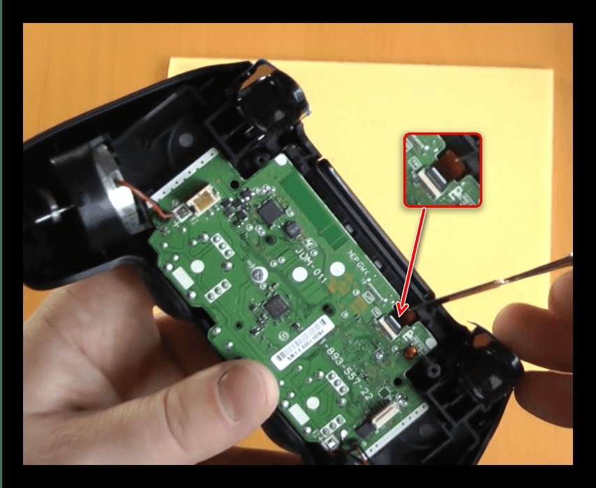 Отсоединить шлейф сенсорной панели для разборки первой ревизии джойстика ps4