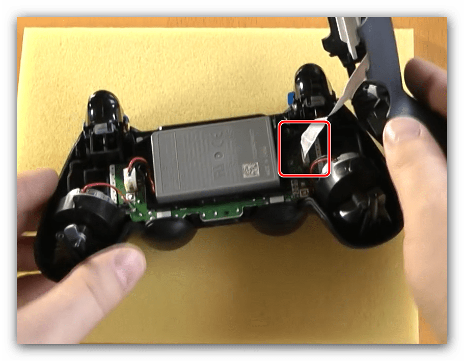 Отсоединить светодиодный шлейф для разборки первой ревизии джойстика ps4