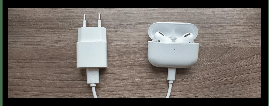 Зарядка наушников AirPods Pro с помощью комплектного кабеля Lightning-to-USB