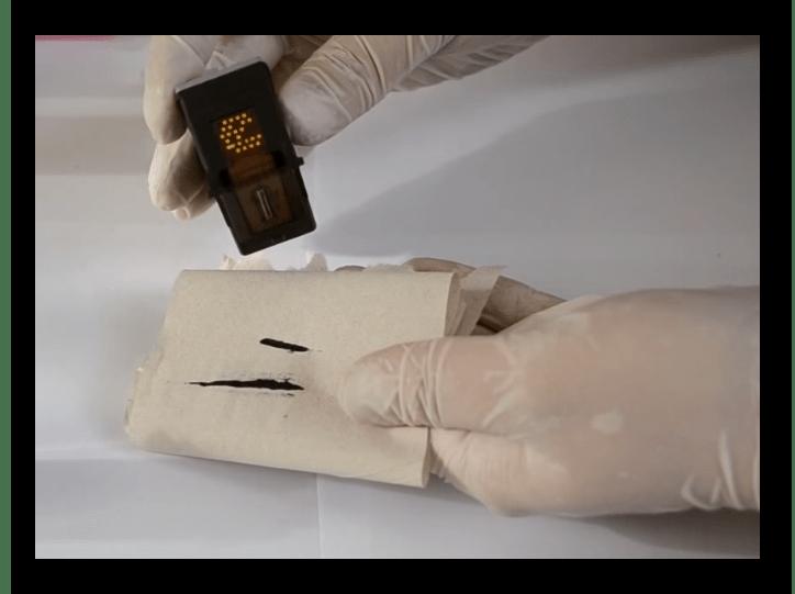 Ручная чистка принтерного картриджа при решении проблемы с печатью полосами