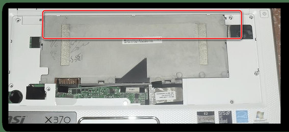 Снять защёлки верхней панели для разборки ноутбука MSI X370 MS-1356