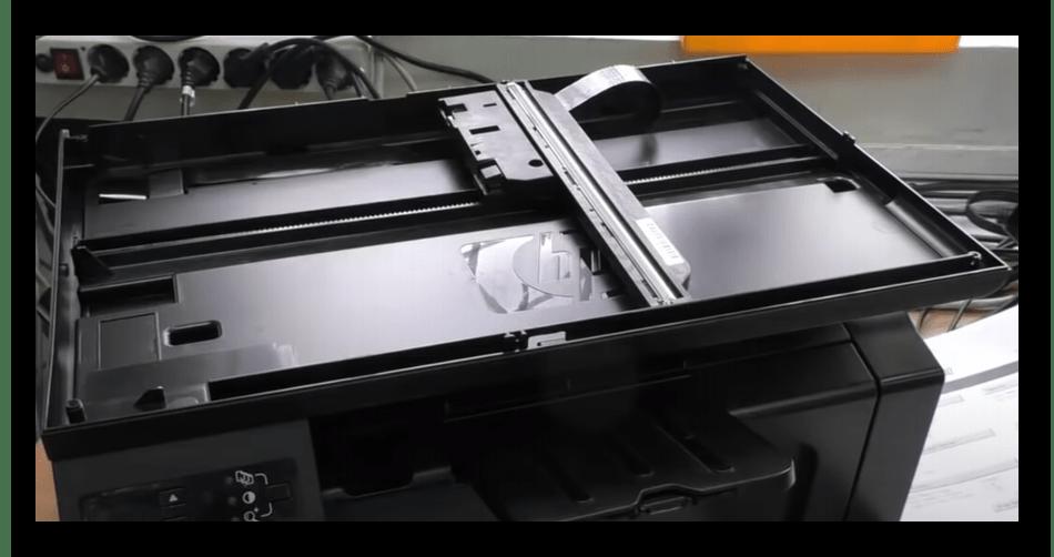 Внешний вид сканера после снятия крышки для решения ошибки E8 на принтере HP LaserJet 1132
