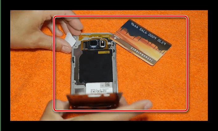 Снятие крышки с телефона Samsung