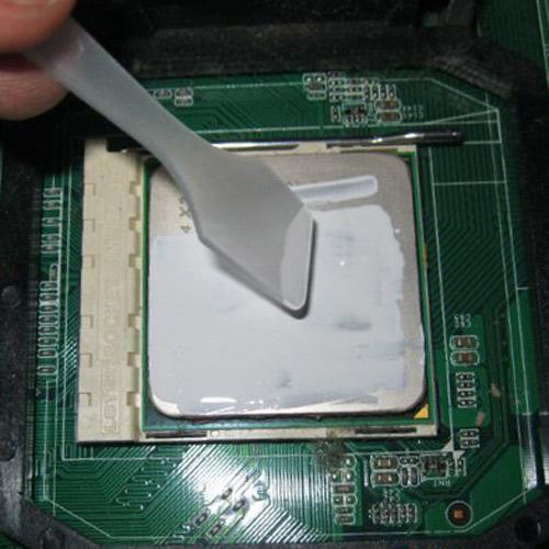 Нанесение термопасты на процессор для отвода тепла