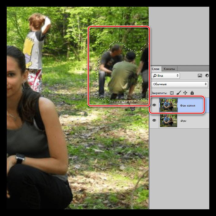 Выделение группы персонажей инструментом Прямолинейное лассо для удаления в Фотошопе