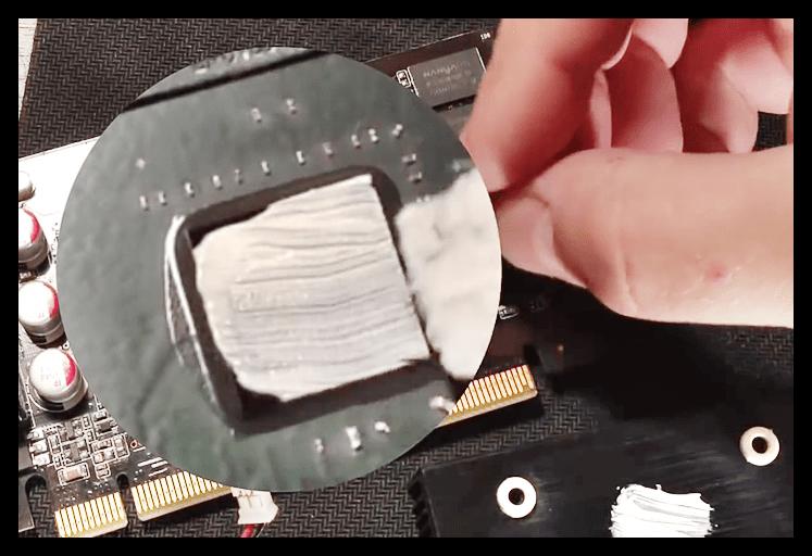 Нанесение новой термопасты на радиатор и графический процессор видеокарты