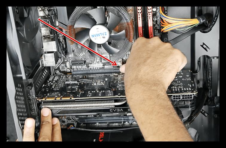 Освобождение видеокарты от фиксатора слота PCI-E