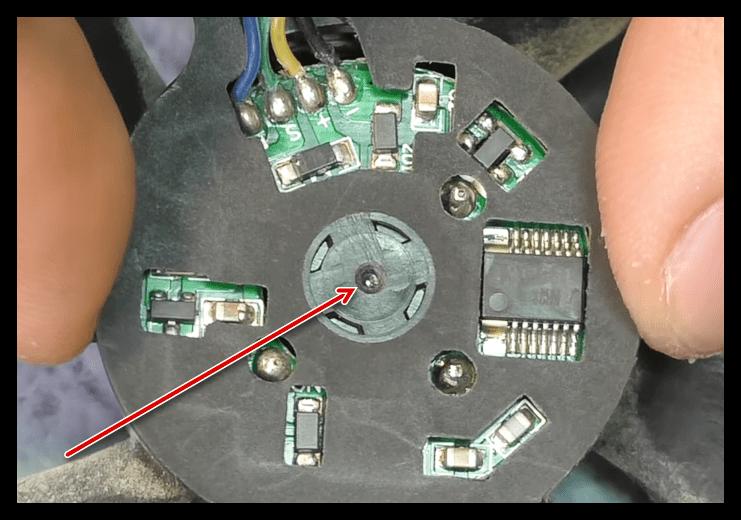 Создание отверстия в нижней части вентилятора в системе охлаждения видеокарты для замены смазки