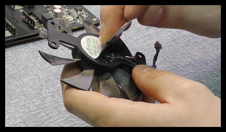 Удаление защитной этикетки с задней части вентилятора в системе охлаждения видеокарты