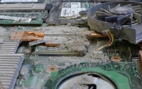 Ноутбук в пыли - вид изнутри