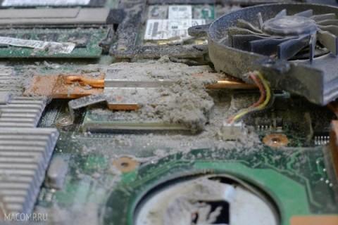 Ноутбук в пыли