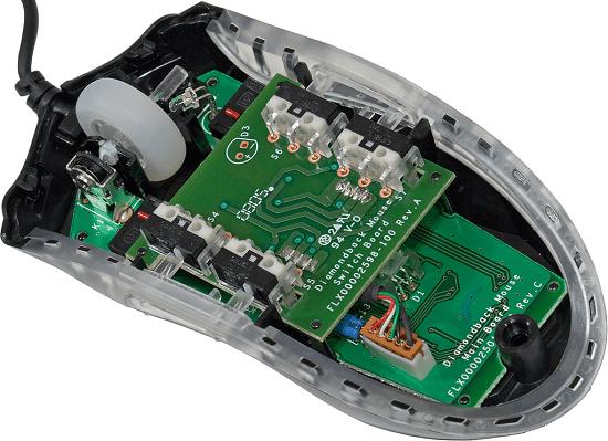 Процесс осмотра внутреннего строения компьютерной мышки