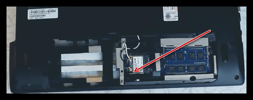 Демонтаж дополнительного крепежа материнской платы при разборке ноутбука