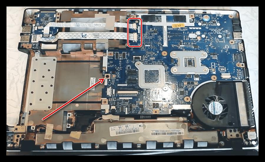 Демонтаж крепежа материнской платы при разборке ноутбука