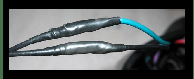 Использование изоленты для скрепления проводов от адаптера и батареи
