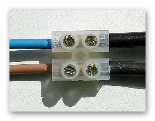 Процесс использования винтовых зажимов для скрепления проводов