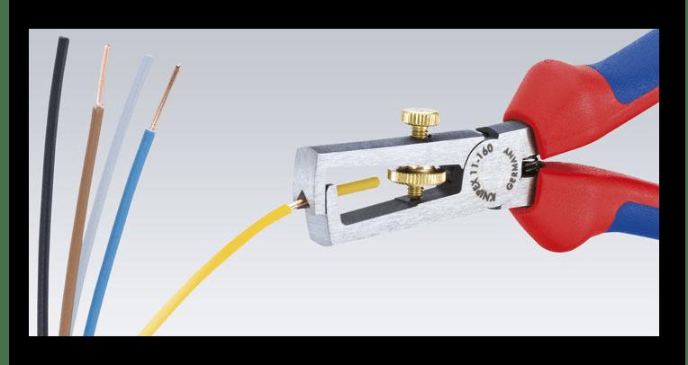 Процесс очистки контактов проводков для зарядки аккумулятора