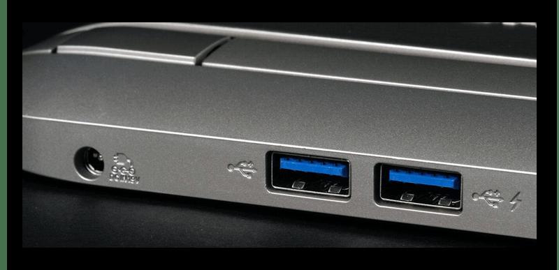 Процесс осмотра USB-портов на ноутбуке