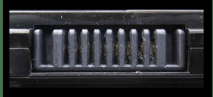 Процесс осмотра контактов батареи ноутбука без указаний полярности