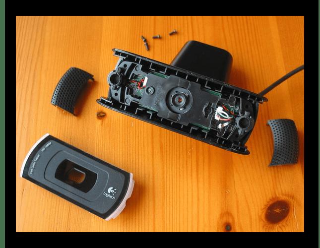 Процесс осмотра внутренностей внешней веб-камеры