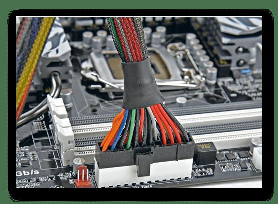 Процесс отключения основного кабеля блока питания от материнской платы