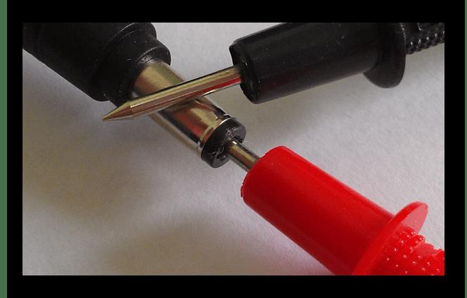 Процесс снятия показателей уровня напряжения с адаптера ноутбука