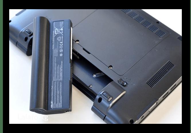Процесс установки старой батареи в другой ноутбук