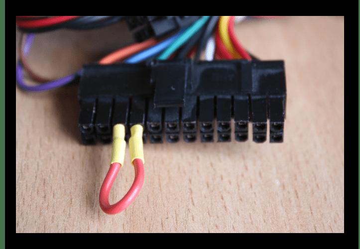 Процесс замыкания контактов на 24-пином коннекторе блока питания компьютера