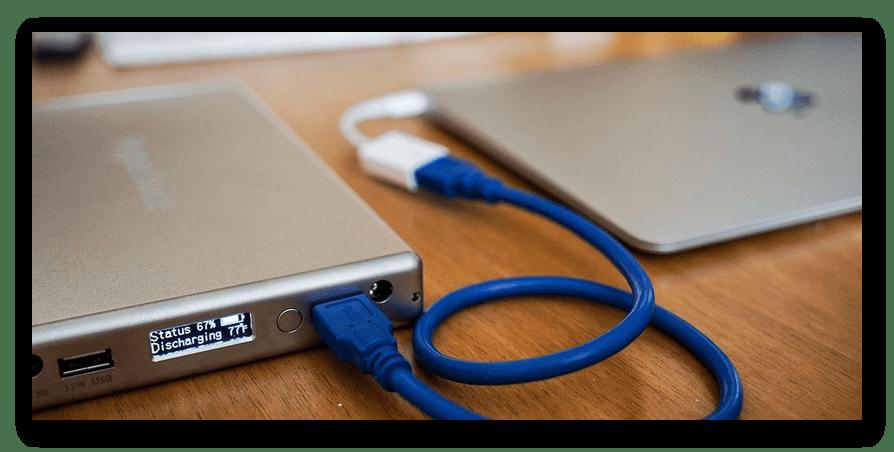 Успешно подключенный Power Bank к ноутбуку для зарядки