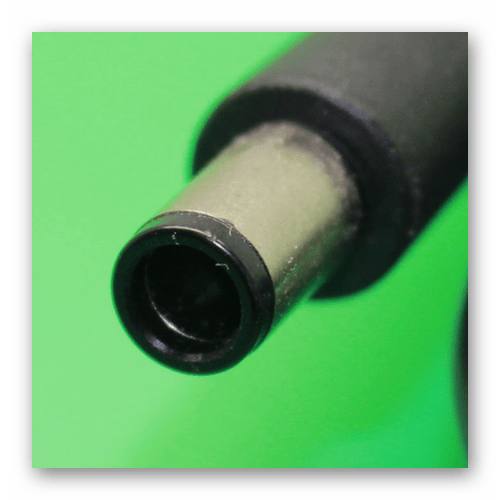 Возможность использования штекера от адаптера питания для зарядки батареи