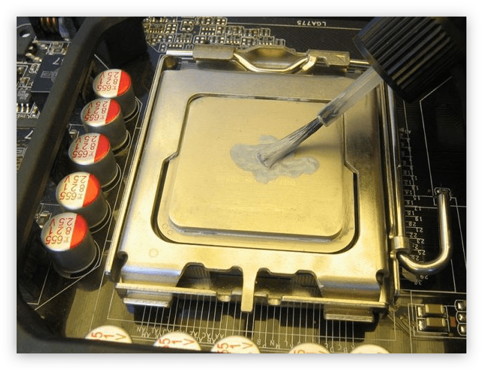 нанесение термопасты на процессор с помощью кисточки