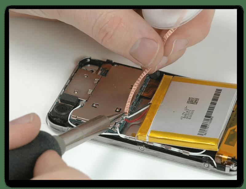 Съём аккумулятора смартфона