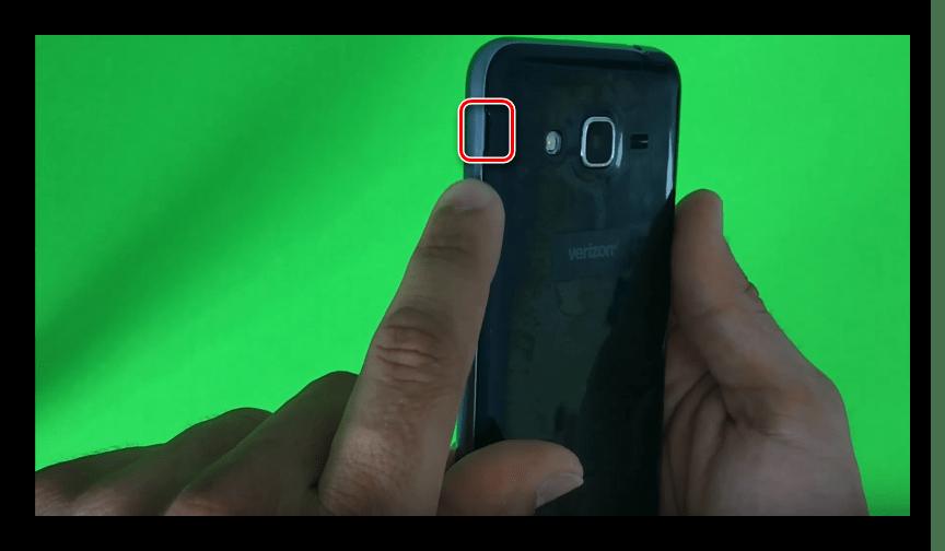 Снятие задней крышки со смартфона Самсунг J3