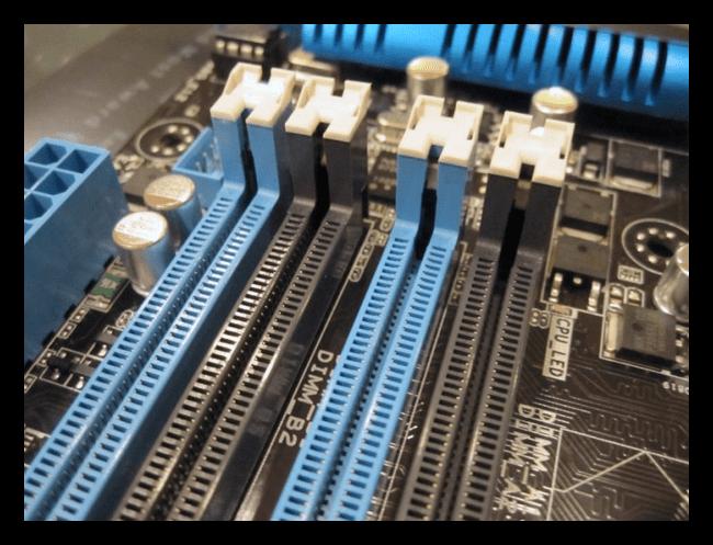 Цветовое обозначение каналов оперативной памяти на материнской плате компьютера