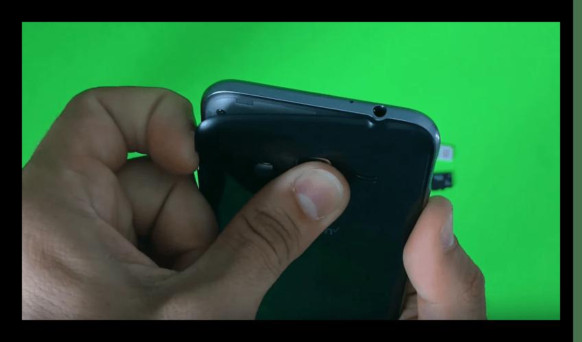 Усилие, которое надо приложить для снятия крышки с телефона Самсунг J3