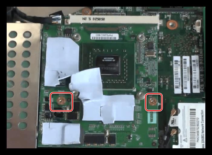Откручивание винтов крепления дискретной видеокарты в ноутбуке
