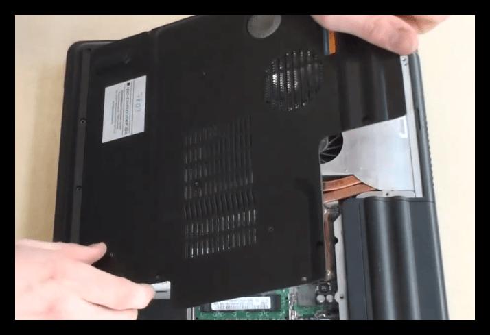Снятие сервисной крышки при разборке ноутбука