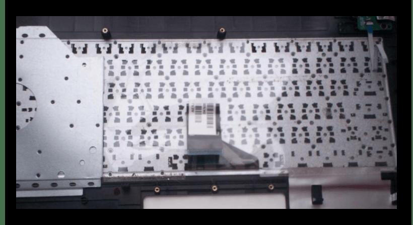 Процесс отклеивания пленки с клавиатуры на ноутбуке ASUS